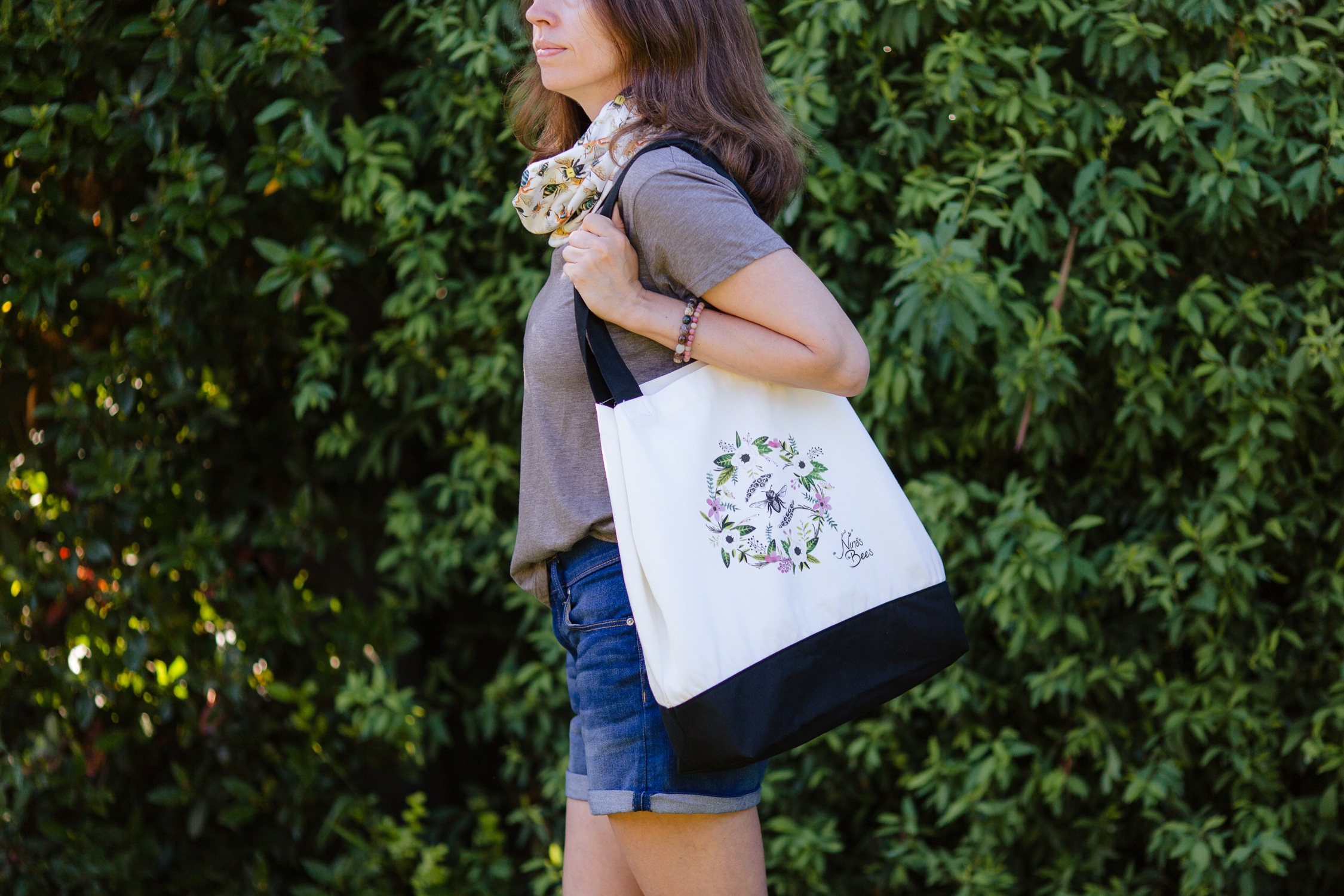 Environmentally friendly cotton canvas bag with flowers and bee